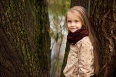 Stående av en flicka med en smart blick Arkivbild
