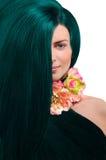 Stående av en flicka med grönt hår på vit bakgrund Royaltyfri Fotografi