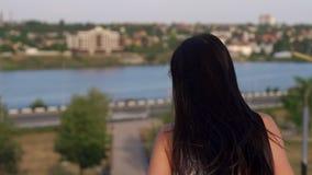 Stående av en flicka med långt hår i parkera lager videofilmer