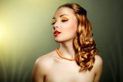 Stående av en flicka med perfekt makeup och den härliga frisyren Royaltyfri Fotografi