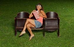 Stående av en flicka med popcorn Royaltyfri Foto
