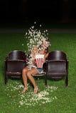 Stående av en flicka med popcorn Arkivfoto