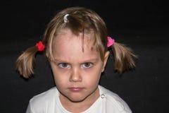 Stående av en flicka med råttsvanscloseupen Fotografering för Bildbyråer