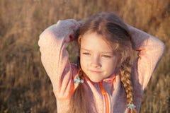 Stående av en flicka med råttsvanscloseupen utomhus Arkivbild