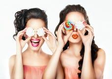 Stående av en flicka med sötsaker fotografering för bildbyråer