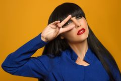 Stående av en flicka med smink för svart hår och professionelli a Royaltyfri Foto