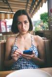 Stående av en flicka med en telefon Arkivbild