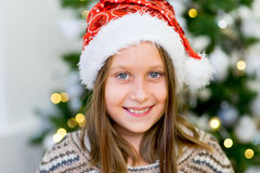 Stående av en flicka nära julgranen Arkivbilder