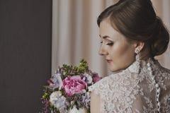 Stående av en flicka om gardinen 3860s Royaltyfri Fotografi
