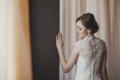 Stående av en flicka om gardinen 3859s Royaltyfri Foto