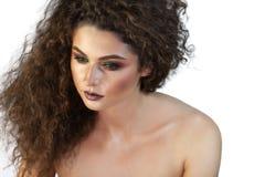 Stående av en flicka på en bakgrund med makeup arkivbilder