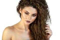 Stående av en flicka på en bakgrund med makeup royaltyfri bild