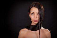 Stående av en flicka på en svart bakgrund Arkivbilder
