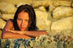Stående av en flicka på stranden, semesterbegrepp royaltyfria bilder