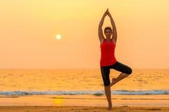 Stående av en flicka som gör yoga Arkivbilder