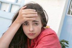 Stående av en flicka som här rymmer pannan Fotografering för Bildbyråer