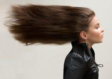Stående av en flicka som har framkallat långt hår arkivbild
