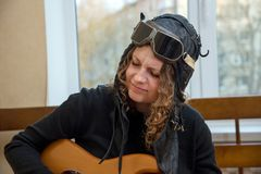 Stående av en flicka som hemma spelar den elektriska gitarren Fotografering för Bildbyråer