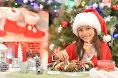 Stående av en flicka som prapring för jul royaltyfria foton