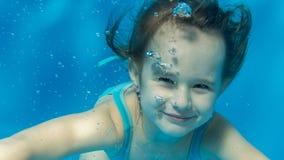 Stående av en flicka under vattnet Royaltyfri Fotografi