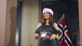 Stående av en flickamodell som gör en önska med tomtebloss i deras händer kan ändra jul, eps-mapp somhatten har i lager dig Santa arkivfilmer