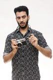 Stående av en fotografgrabb med en tappningkamera Royaltyfri Foto