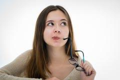 Stående av en fundersam tonårs- flicka på skrivbordet Arkivfoto