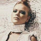 Stående av en futuristisk modell av en flicka med utomhus- rökiga ögon Royaltyfri Foto