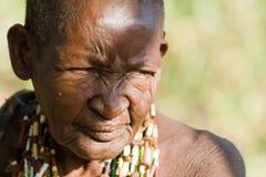 Stående av en gammal Hadzabe kvinna Arkivfoto