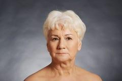 Stående av en gammal näck kvinna. royaltyfria foton