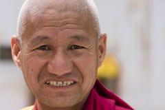 Stående av en gammal tibetan buddistisk munk Arkivbilder