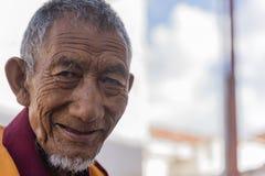Stående av en gammal tibetan buddistisk munk Arkivfoton