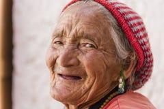 Stående av en gammal tibetan kvinna Royaltyfri Bild