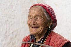 Stående av en gammal tibetan kvinna Arkivfoton