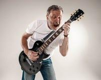 Stående av en gitarrspelare Arkivfoto