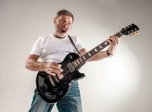 Stående av en gitarrspelare Arkivbilder