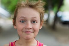 Stående av en glad barnflicka arkivfoton