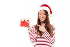 Stående av en gladlynt asiatisk flicka i julhatt fotografering för bildbyråer