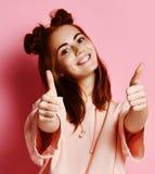 Stående av en gladlynt kvinna som visar upp tummar royaltyfria foton
