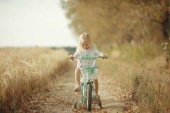 Stående av en gladlynt liten flicka på naturen royaltyfria foton