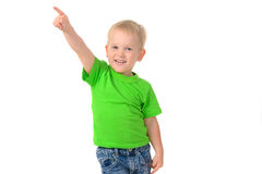 Stående av en gladlynt pojke i grön skjorta arkivbild