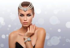 Stående av en glamorös flicka i en pärlemorfärg halsband _ klar hud arkivfoto