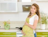 Stående av en gravid kvinna Arkivbild