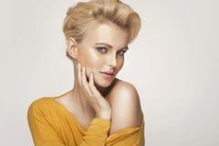 Stående av en gullig blond kvinna fotografering för bildbyråer