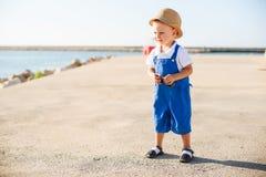 Stående av en gullig blond pojke i hatt Royaltyfri Fotografi