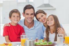 Stående av en gullig familj fotografering för bildbyråer