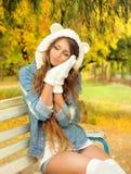 Stående av en gullig flicka i en björnhatt Arkivfoto