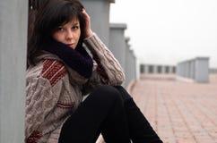 Stående av en gullig flicka i en jersey arkivbilder