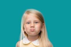 Stående av en gullig flicka på uppblåsta kinder Royaltyfri Fotografi