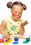 Stående av en gullig flicka som leker med målarfärger royaltyfria foton